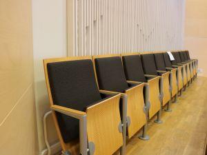 Valtuustosalin tuoleja, 11 istuimen ryhmä - nro 4