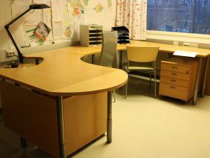 Pöytä + 2 tuolia + 2 laatikostoa - nro 30