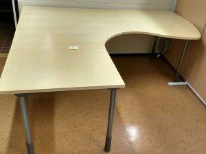 Iskun toimistopöytä (1)