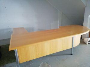 Iso toimistopöytä