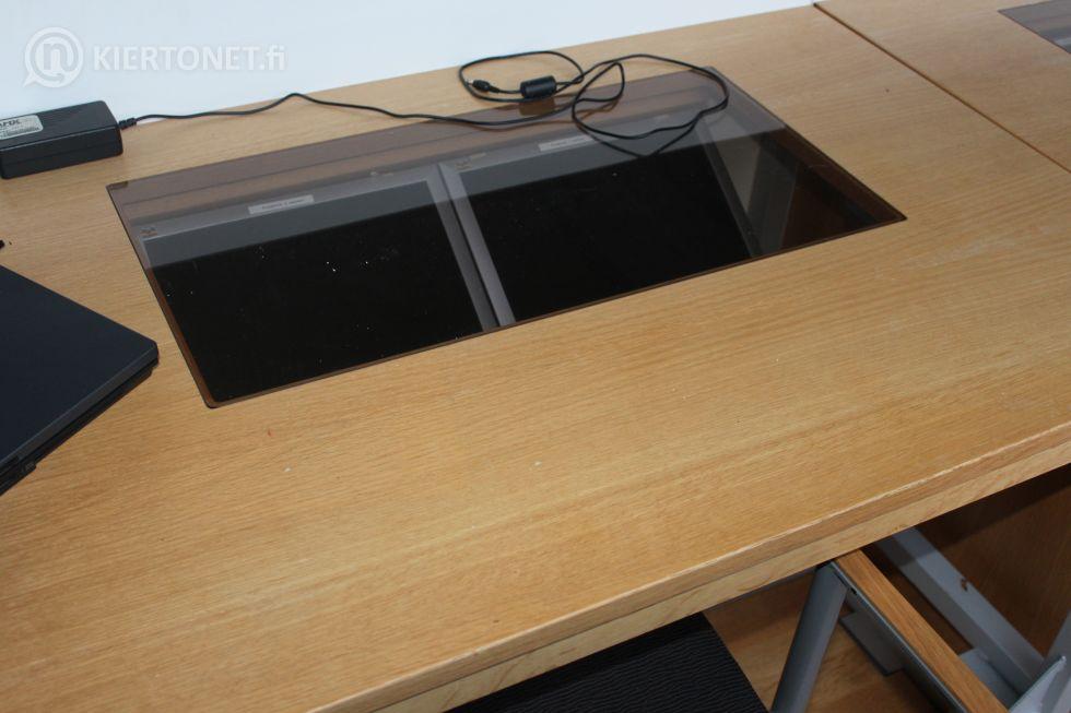 Valtuustosalin puheenjohtajiston pöytä ja tuolit - nro 1
