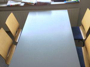 Pöytä ja 4 tuolia