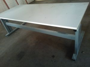 Pöytä, korkeussäädettävä 2.