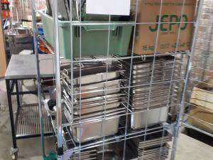 GN-astioita puolikkaita ja pienempiä rullakollinen.