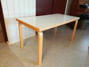 2 lasten pöytää