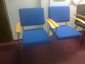 Tuolit, kaksi sinistä nk.vierastuolia