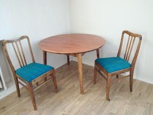 Pöytä ja 2 tuolia