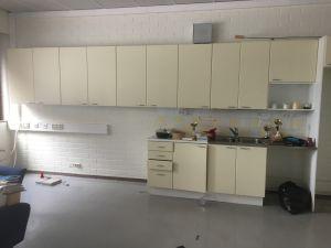 Opettajien huoneen keittiö.