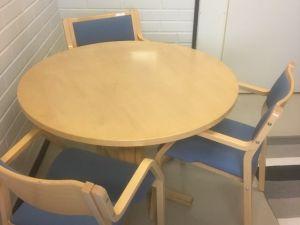 Pöytä ja 3 verhoiltua, käsinojallista tuolia