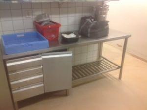 Rst-pöytä kaapilla ja laatikostolla (nro 17)