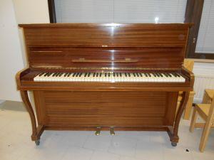 Piano , valmistaja Yrjö T. Pilvinen