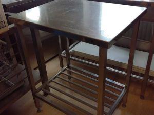 Teräspöytä