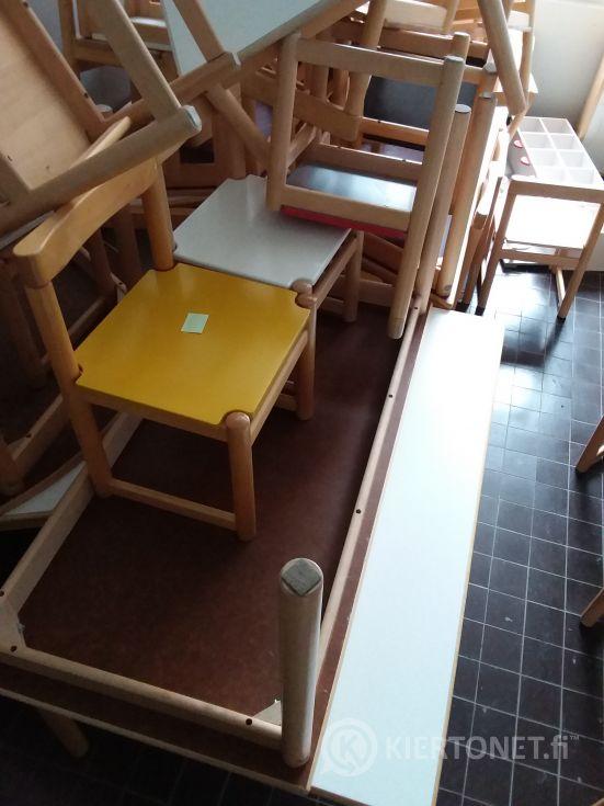 Lasten tuoleja ja pöytiä