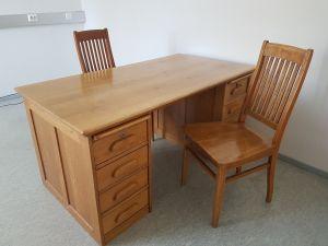 Billnäsin kirjoituspöytä ja kolme tuolia