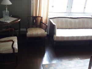 Sohva + 2kpl tuoleja + pöytä