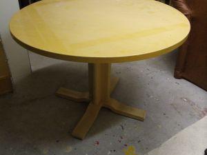 Pyöreä pöytä 1kpl (halkaisija 105cm ja korkeus 73,5cm)