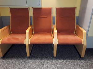 Auditorion päällystettyjä tuoleja