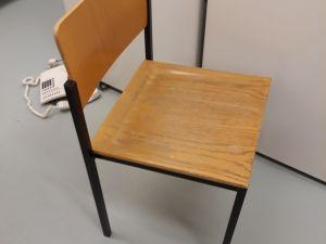 12. Toimistotuoli asiakkaille puuistuimella