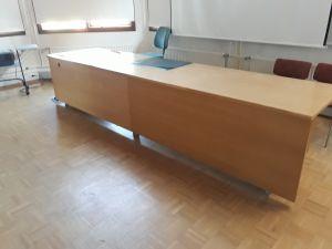 73. Kokouspöytä