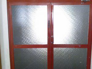 Metallikehikkoinen lasiovipari 6.