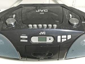 Neljä kannettavaa radiota