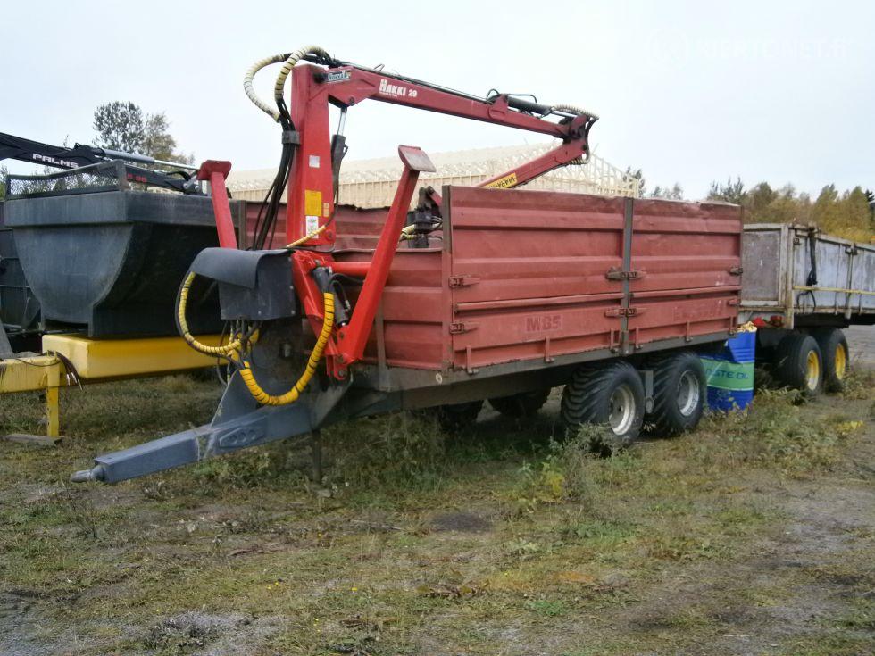 Traktorin peräkärry nosturilla