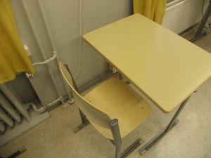 2 kpl pulpettia ja tuoleja, Iskun valmistama (1)