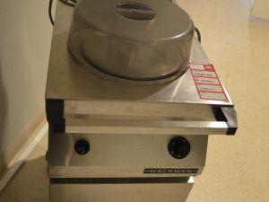 Lämmitettävä lautasten jakelija