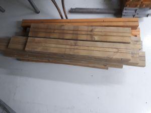 Sekalaista lyhyttä puutavaraa 3 kasaa