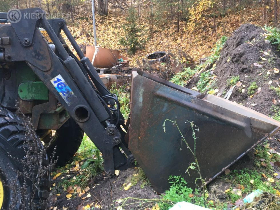 John Deere 3350 traktori lisälaitteineen