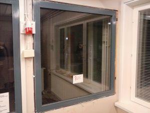 Verkkolasi-ikkuna metallipuitteella (301)