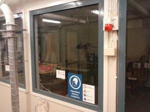 Verkkolasi-ikkuna metallipuitteella (302)
