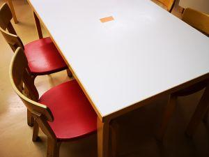 Artek pöytä ja 4 tuolia (210)