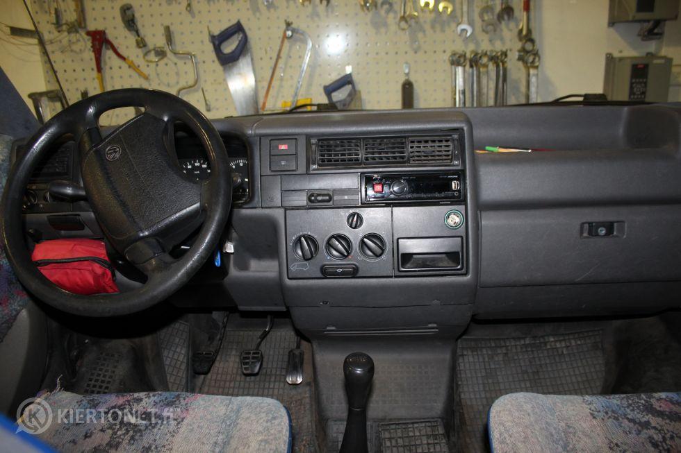 VW Transporter 2,4 D, 9 henkilön pikkubussi