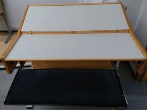 Kielistudion pöytä
