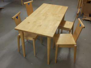 Suorakaiteen- ja puolipyöreitä pöytiä ja tuoleja myytävänä