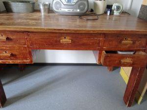 Vanha työpöytä ja tuoli