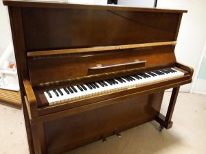 Myydään piano
