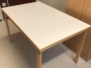 Artek-pöytä