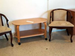 Nojatuolit, sohvapöytä ja laatikosto