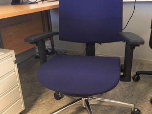 Sininen työtuoli, käsinojilla ja pyörillä