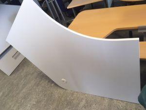Valkoisia kaarevia pöytiä 6kpl: tehtävissä isompikin ryhmä