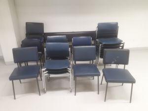 Siniset tuolit ja penkki