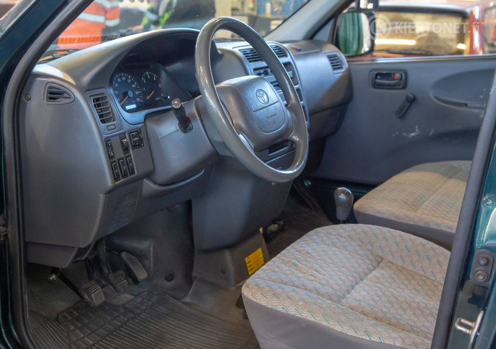 Toyota Hiace pikkubussi 9 hlö vm. 2004 - ajettu 188 700 km