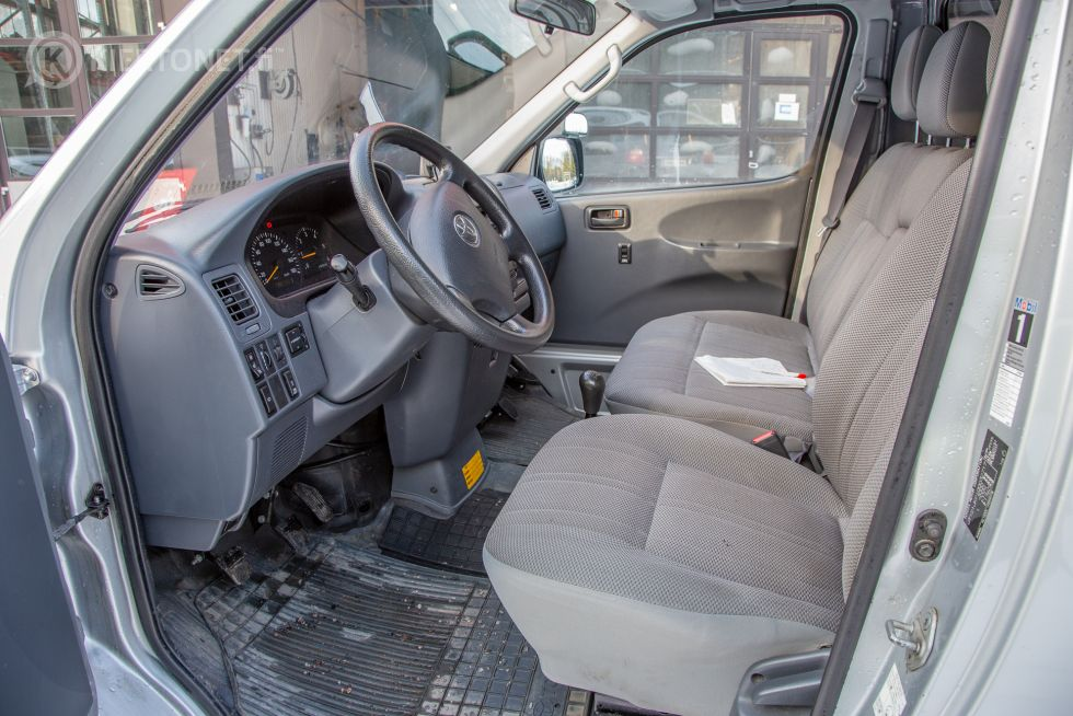 Toyota Hiace pakettiauto, ajettu vain 98 400 km