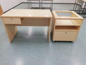 Opettajan pöytä ja piirtoheitintaso (nro 26)
