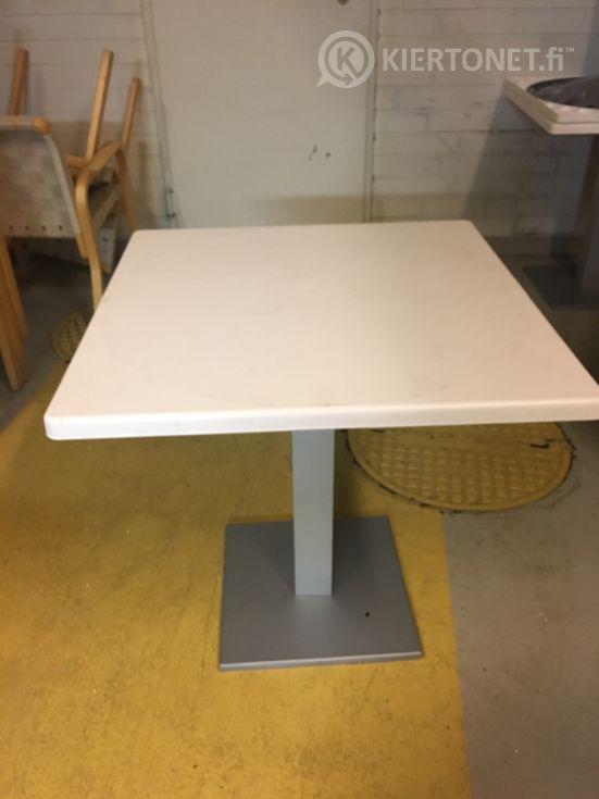 Terassikalusteet 3 pöytää ja 12 tuolia