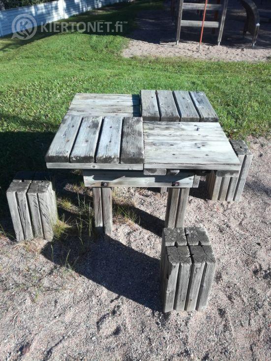 Leikkipöytä ja 3 istuinta