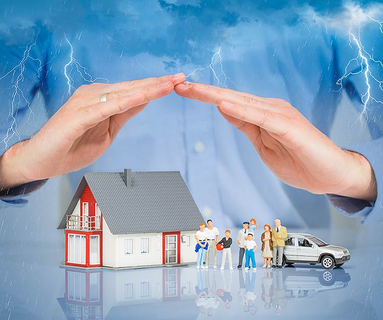 Kotivakuutus - taloa suojaavat kädet.