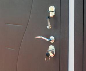 Lukitusturvallisuus - avaimet ovessa.